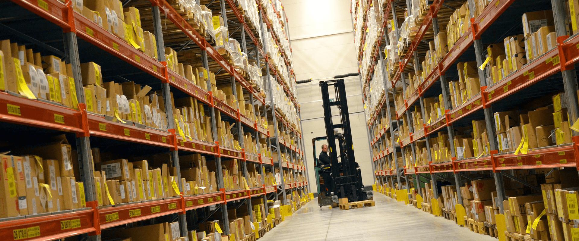 Logistiek medewerker in magazijn